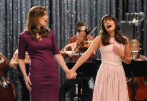 Shelby Corcoran (Indina Menzel) and Rachel Berry (Lea Michele) as mother and daughter in GLee